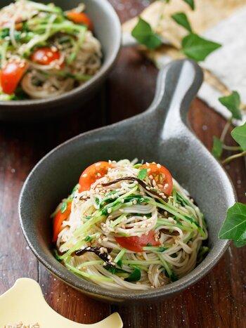 具材はトマト、豆苗、塩昆布、味付けはぽん酢とごま油。旨味たっぷりの食材とごま油が味をまとめてくれるヘルシーなそうめんです。野菜の彩りもいいですね。