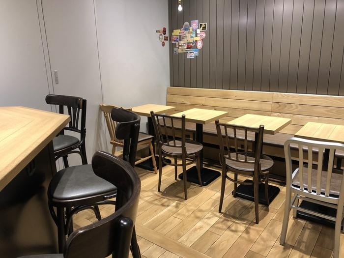 東京駅グランスタ内にある「5 CROSSTIES COFFEE(ファイブ・クロスティーズ・コーヒー)」は、さくっと打ち合わせや会社帰りに勉強したい日などに気軽に立ち寄れるカフェ。コンセントがついた席もあるので、PCを持ち込んで作業するのにも便利です。