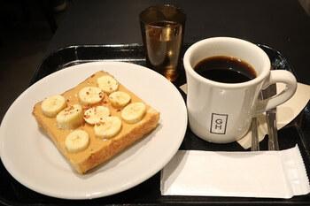 甘いものでパワーチャージしたい日は「ピーナッツバター&バナナトースト」がおすすめです。バナナの甘い香りとピーナッツバターのコクで元気になれそう。