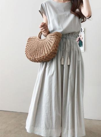 夏でも軽やかに!「グレー」で作る大人のモノトーンファッション