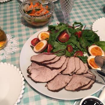 こちらは、おもてなし料理にもおすすめのレシピ。豚ロースのかたまり肉をルイボスティーで煮ていきます。クリスマスディナーなどにも良いでしょう。豚肉は煮たあとに茹で卵と一緒に漬け汁に半日~1日程度漬けるため、あらかじめ準備しておくのがおすすめです。