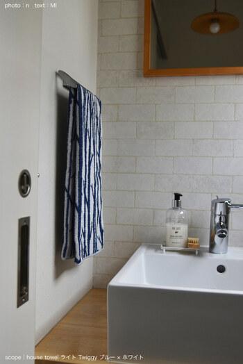 意外だけど手軽な模様替えポイントが「タオル」。キッチンやトイレ、バスルームなどで使っているタオルを、夏仕様に変えてみましょう。そこまで広くない空間だからこそ、タオル一つで夏らしい空間に彩ることができます。
