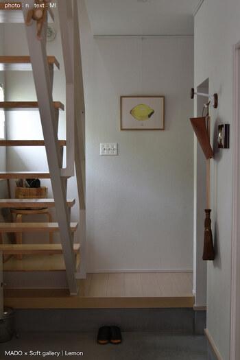 夏らしいレモンモチーフのポスター。シンプルな空間に飾って、作品の印象を際立たせて。