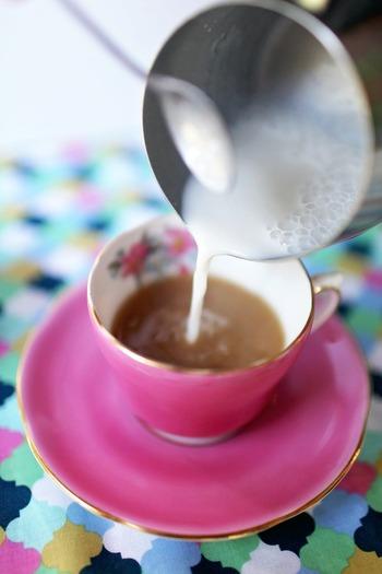 ミルクを混ぜてミルクティー風に。 とうもろこし茶のほのかな甘さにミルクのまろやかさが加わって、気分もホッと和らぎます。
