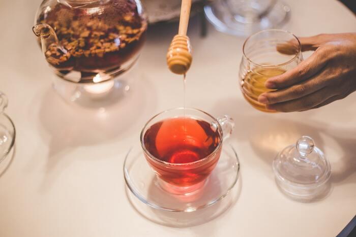甘さをプラスしたい時にはハチミツがおすすめ。 生姜のとうもろこし茶にもミルクを混ぜたとうもろこし茶にもハチミツの自然な甘さがよく合います。