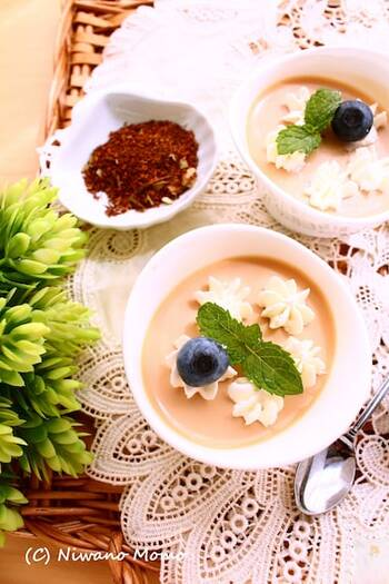 ルイボスティーをミルクティーにして、パンナコッタに変身させたレシピです。ルイボスティーが苦手な方もミルクと合わせてお菓子にすれば食べやすいかもしれませんね♪お好みでラム酒を加えれば大人の味わいに。ホイップクリームやベリー、ミントなどでデコレーションすれば、おもてなしスイーツにも最適です。