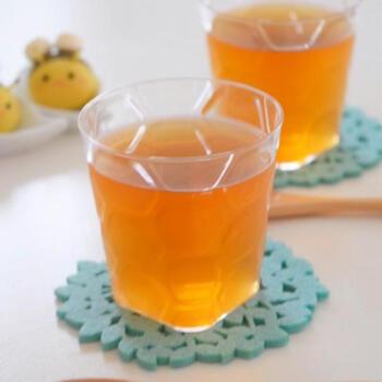 飲むだけじゃちょっと物足りない、なんてときにおすすめ。飲むように食べられるルイボスティーのゼリーです。ルイボスティーとゼラチン、ハチミツさえあればできるとっても簡単なスイーツ。やわらかめのゼリーなので、ストローで吸って飲めますよ♪