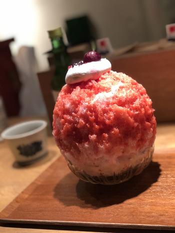 かき氷のメニューは常時10種類程度用意されていて、季節ごとに変わります。 こちらはアメリカンチェリーレアチーズ。甘酸っぱいアメリカンチェリーとレアチーズの程よい酸味がマッチします。