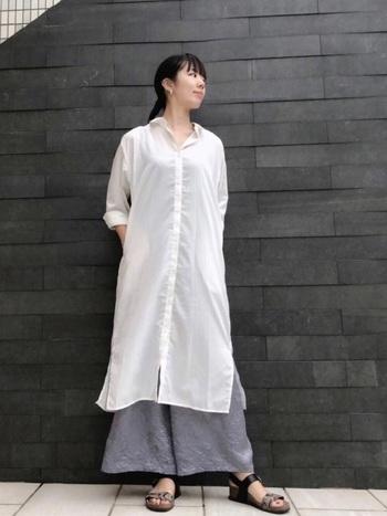白のシャツワンピース×ライトグレーの清涼感あるコーディネート。クラシカルな白シャツのワンピースを、ゆったりしたグレーのパンツでハズして、抜け感を演出しているのがポイントです。特に高身長さんに映えるスタイリングですよ♪