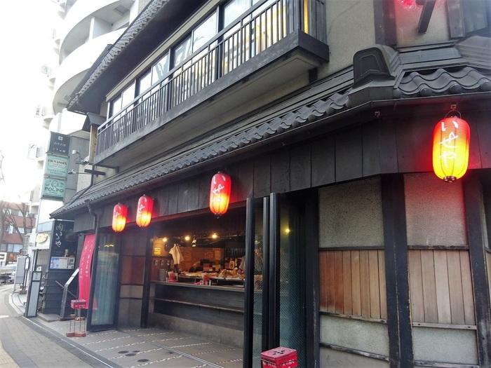 吉祥寺の顔、とも言える有名焼き鳥店。昭和3年創業の老舗です。一階は立ち飲みとテイクアウトのコーナーになっていて、二階にテーブル席とお座敷があります。本店の他に公園店と北口店もありますよ。