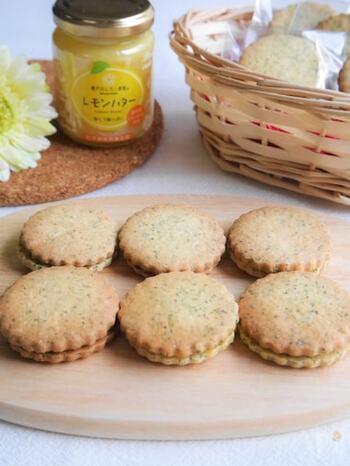 手作りの紅茶クッキーに市販のレモンバターを合わせて作る、香り豊かなバターサンド*爽やかなレモンの風味が、この季節にぴったりですね♪