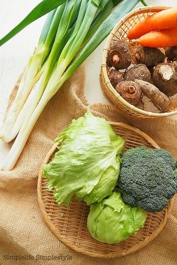 常温保存に向いている、ジャガイモや里芋などの芋類や玉ねぎなどの根菜類は、カゴに入れて◎ かごに野菜を入れると、おしゃれなだけでなく、どこか懐かしさを感じさせてくれます。かごは通気性がよいので、機能面でもおすすめです。