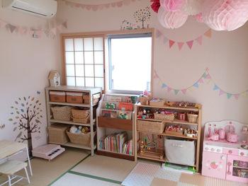 こちらはさまざまな種類のかごを使った子ども部屋の収納アイデア。かごが違えば、子どももわかりやすくおもちゃを種類別に分けることができます。自然素材で揃えればまとまり感が◎ 棚の中にかごをピッタリと収められているのが、スッキリと見せるコツですね♪
