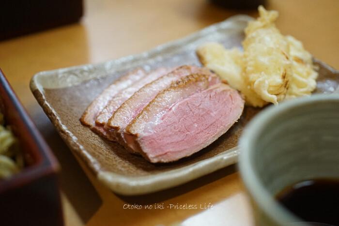 名物の「鴨汁せいろ」は、低温調理したやわらかな鴨肉とネギの天ぷらが絶品です。そばつゆは、かえしに砂糖を使わず、かつお節や昆布、干しシイタケの出汁や旨みから作られる自然な甘みが感じられますよ。