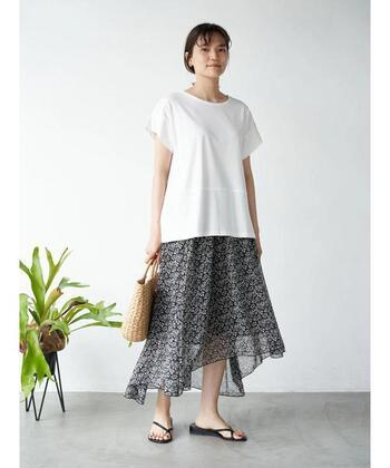 夏はより涼しげな楊柳シフォン素材のフィッシュテールスカートをサラリと合わせて。イレギュラーなヘム(スカートの裾)がいつものコーデに変化を与えてくれます。トップスは白Tシャツ、足元はサンダルでモノクロを意識するなど、色や素材に統一感を♪仕上げにナチュラル素材のかごバッグで外しましょう。