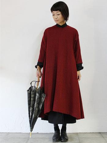秋に活躍するウール×コットンの赤いフィッシュテールワンピースは、黒のシャツワンピースと重ね着することで、より長く着用することができます。オシャレ上級者に見えるのも嬉しいポイント!色は2色でスッキリまとめて。