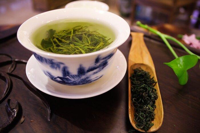外出先で喉が痛くなったときは市販の緑茶を飲んでみるのもオススメです。緑茶に含まれるポリフェノールの一種「カテキン」には抗菌作用があるので、喉の殺菌や風邪予防に効果があると言われています。