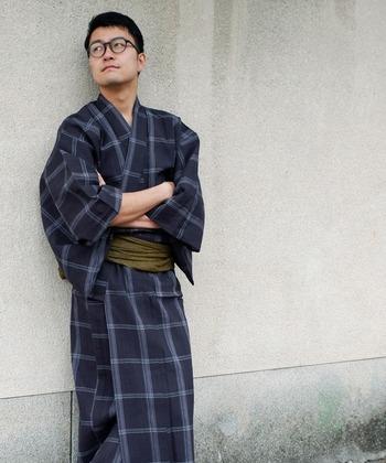 洋服とは違い、浴衣と帯のコーディネートを考えるのって意外とややこしいもの。あらかじめセットになっているなら、頭を悩ませる必要はありませんね。こちらは浴衣と帯、下駄の3点がそろったセット。400年の伝統がある「近江ちぢみ」という技術によって織り上げられた本格派です。チェックがカジュアルでかっこいいですね。