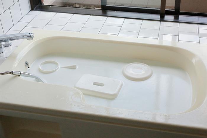 ゴシゴシ擦る必要なく、手軽に掃除できる洗剤です。残り湯に椅子や手桶、シャワーヘッドなどを浸けて一晩おくだけでOK!浴槽も綺麗になって一石二鳥です。ぬめりや水垢を一気に落とせますよ。