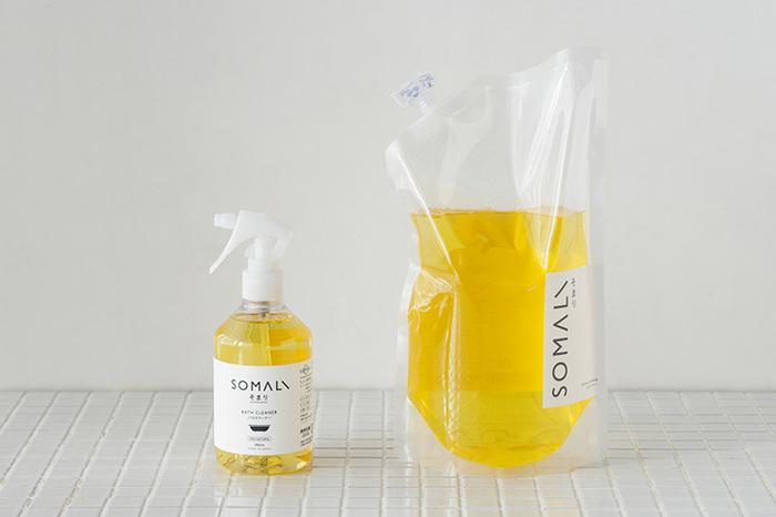 純石けんをベースにしたバスクリーナー。パッケージがシンプルで、バスルームに置いていてもおしゃれ!泡がタイルの間にも入り込み、汚れを浮き上がらせます。オレンジの香りが癒やされますよ♪