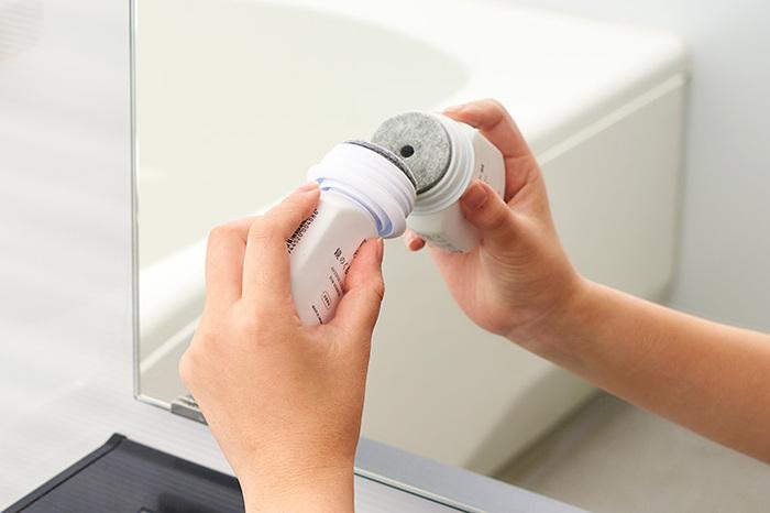 くもり止めはフェルト部分を鏡に押し当てて塗りましょう。綺麗になった鏡に塗ると膜ができて、水滴や水蒸気で曇るのを防いでくれます。
