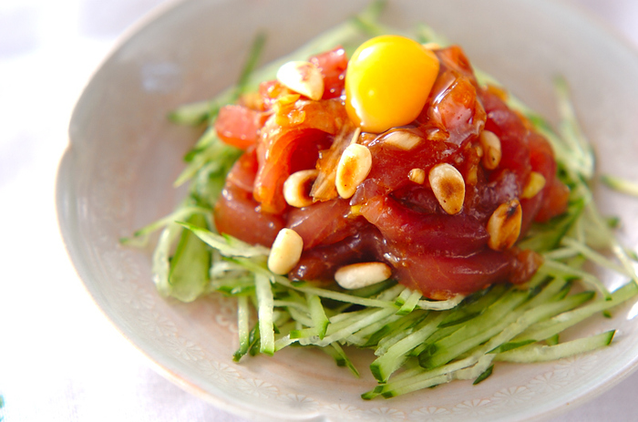 ゴマ油・コチュジャン・ニンニク・おろしショウガで、しっかり韓国風の漬けだれができあがります。千切りにしたキュウリを添えて、召し上がれ*  「E・レシピ」で70回以上美味しい評価を得ている、人気レシピです。