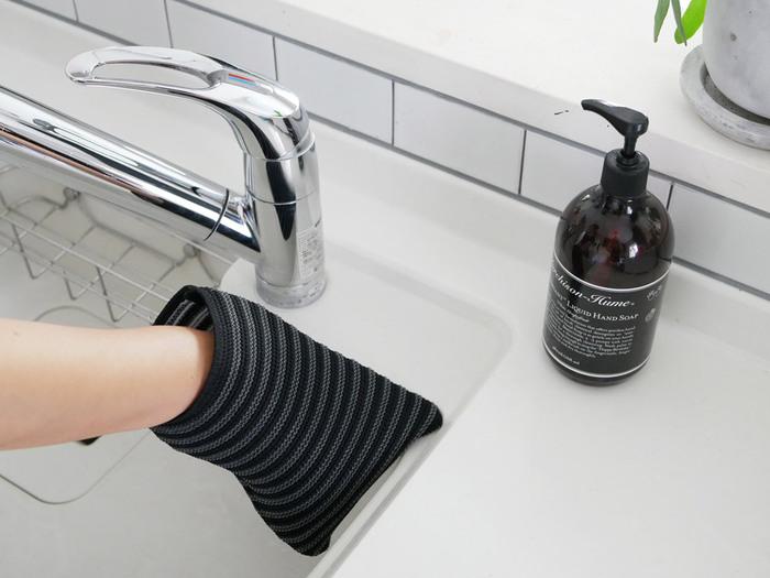 ミトンのように手にすぽっとはめて使えるウォッシュクロスです。表面の凹凸が汚れをしっかり落としてくれます。細かい部分も指で擦って気持ち良く掃除できるのがgood!