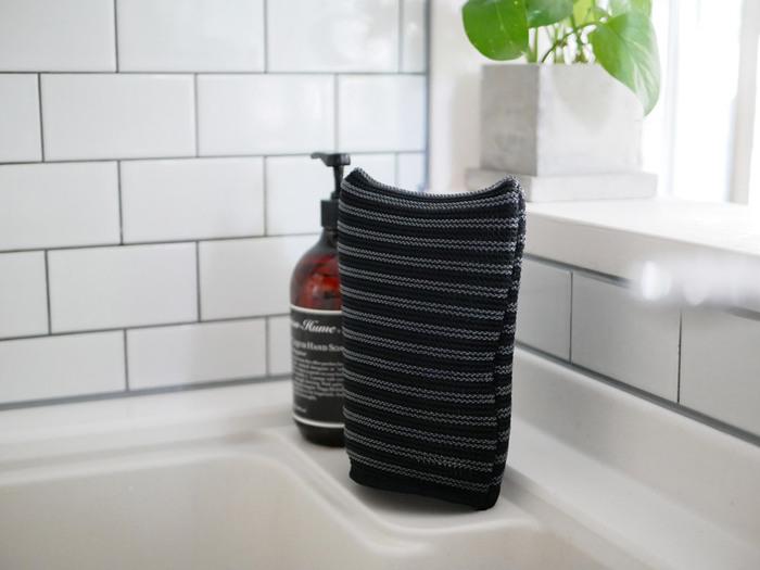 自立するので置き場所に困らず、乾かしやすいのも◎いつも清潔に使えますね。シンクのそばに置いておけば、気になった時にすぐ掃除できて便利です。