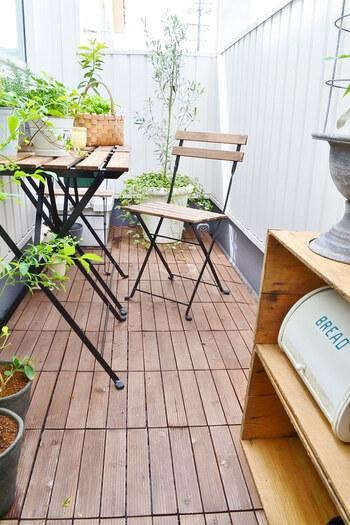 ウッドデッキのバルコニーにテーブルやチェアを置けば、オープンカフェのような心地良さ。ウッドデッキの周りに、ランダムに並べられたグリーンが気持ちよさそうですね。