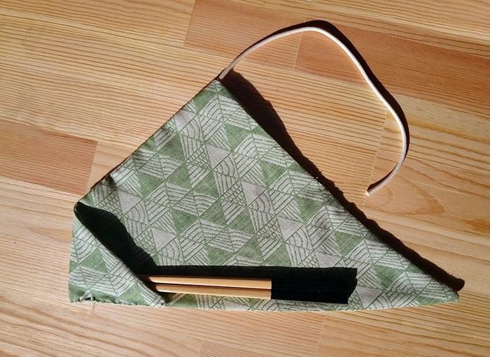 袋の部分は、お箸の先端を入れる三角のコーナーのみなので、縫う箇所は多くありません。あとは風呂敷のようにくるくる巻いて、紐で留めるだけ。お弁当を包むナプキンと同じ柄にするなど、楽しんで作ってみてくださいね♪