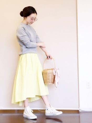 夏にぴったりの優しいレモンイエローのフィッシュテールスカートには、白のコンバースやペールグレーのトップスを合わせて、明るめコーデに仕上げましょう♪ カゴバッグをプラスすれば、さらに季節感UP!