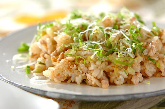 マグロのたたきを使うとチャーハンもあっという間に出来上がります。さっと炒め合わせるとマグロがパサつかず、ネギの食感も残って美味しくなりますよ。