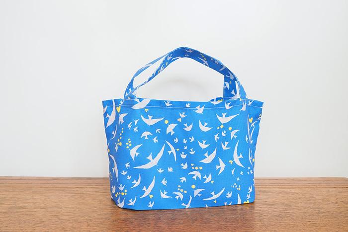 こんなバッグがあったら近所へのお買い物も楽しくなりそう♪ハギレで作るミニトートバッグです。ミシンを使えば30分で作れちゃうのも嬉しいポイント。作る前に一度作り方を全部読んで、縫う部分と縫わない部分や手順を把握しておくとスムーズです。