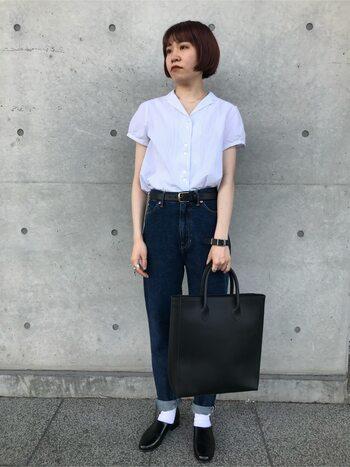 デニムと白ソックスの好相性は誰もが知るところ。  皮ベルト、バッグ、シューズときちんとしたアイテムも、細身デニムでさりげなくカジュアルに。白の開襟シャツとソックスがリンクした、爽やかなスタイリングです。