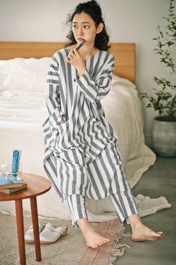 素敵な一日を叶えてくれそうなおしゃれなナイトウエア。着丈が長いドレスタイプのトップスにすっきりとしたボトム。パジャマとは言えどセンス良く見せてくれます。