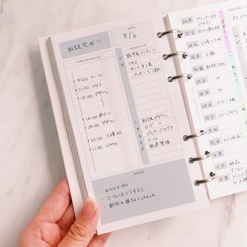 システム手帳用のリフィルは、1日のスケジュールをしっかりと管理したい方にぴったり。ページの左側がタイムスケジュール、右側がToDoリスト、下がノートになっています。