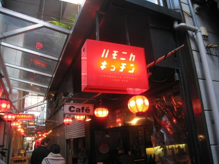 ハモニカ横丁の入り口付近にある「ハモニカキッチン」。中華系のメニューがおいしい居酒屋さんで、1階は姉妹店の「てっちゃん」になっています。このてっちゃんの焼き鳥もハモニカキッチンで頂けます。