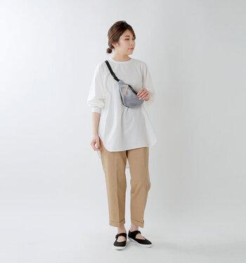 白×ベージュのベーシックカラーコーデ。清潔感のある配色を邪魔せず、引き締める役割を果たしてくれるのが黒小物。足元にスニーカータイプのストラップシューズを合わせると、カジュアルすぎずベストバランスです。