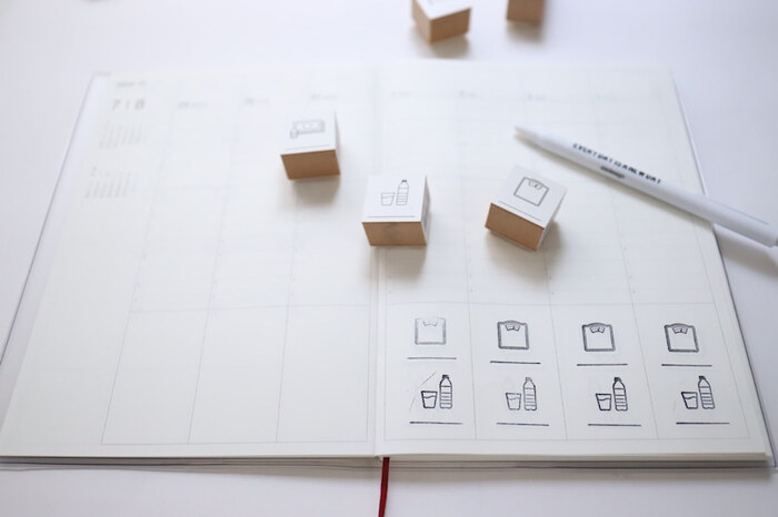 手帳にスタンプを押して体重と水の量を記録。ただ数字だけ書くだけよりも、スタンプを押した方が見た目にも分かりやすく、おしゃれになりますね。