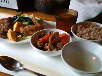 ランチはヘルシーなお惣菜が食べ放題。単品メニューも注文できるので、焼き鳥をおつまみに昼飲みを楽しむ人も多いですよ。