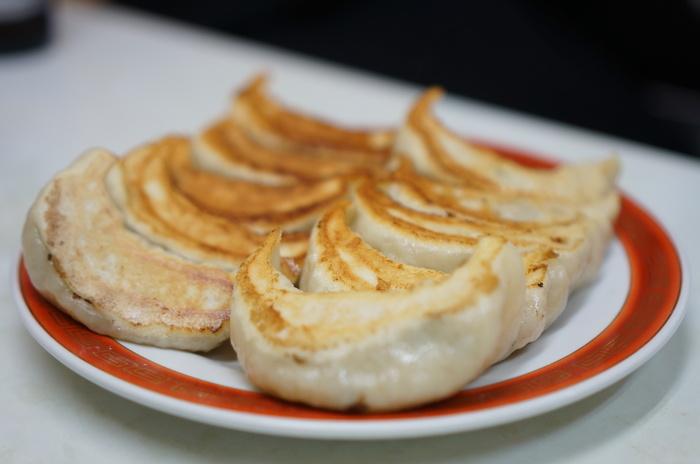 吉祥寺で人気の中華料理店「みんみん」。中でも評判なのが、餃子とあさりチャーハンです。 餃子はモチモチとした食感で、野菜の甘みが味わえます。大きくてボリュームも満点!