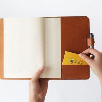 ペンホルダーとポケット付きですぐに書けて、名刺なども保存しやすく機能的。ブラック、チョコ、キャメルの3色で、使うほどに経年変化も楽しめます。