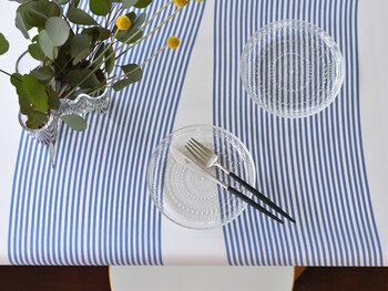模様替えで手軽に取り入れやすいのが「テーブルクロス」。意外と面積が大きいので、お部屋の印象をガラッと変えてくれます。青系のテーブルクロスは爽やかな食卓を演出してくれるだけでなく、料理も美味しそうに見せてくれますね。