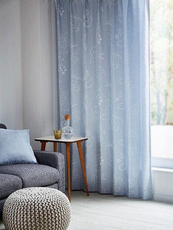 手書きのイラストに、優しいブルーの色合いがナチュラルな雰囲気のカーテン。主張しすぎない柄なので取り入れやすく、さりげなくお部屋を夏仕様にしてくれます。