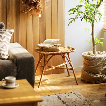 ラタンのスツールは、テーブルや飾り棚として使ってもOK。優しくリラックスした雰囲気をお部屋に与えてくれます。