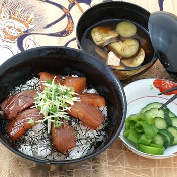 1時間ほど漬けたら(醤油の濃さによって時間は調節ください)、酢飯に海苔をかけ、漬けまぐろをのせてできあがりです。