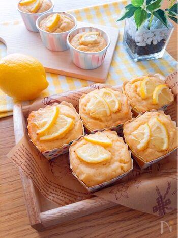 生おからをつかった、レモンの香りが爽やかなマフィンレシピ。ヨーグルトをプラスして、さっぱり&しっとり食感に。レモン汁の他、レモンの輪切りをトッピングして見た目も◎ 冷やして食べても美味しいですよ。