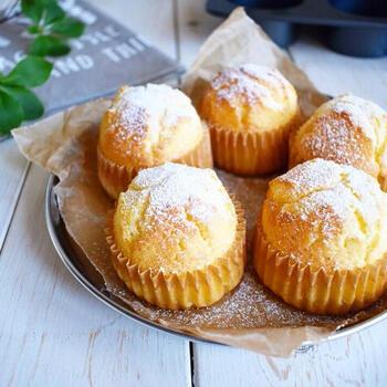 バターを使わないプレーンマフィンレシピ。ヨーグルトを入れて作るのでしっとり仕上がります。バニラオイルで風味をプラス♪