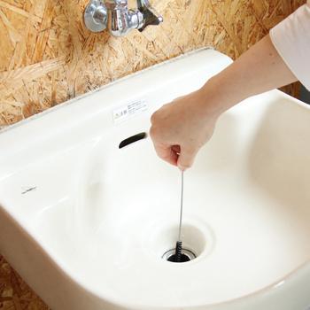 細長いブラシは、排水口の髪の毛やゴミを取り除くのに便利。L字ブラシは、シンクの細かい部分にもフィットします。ラウンドブラシは力を入れて磨くのにぴったり。