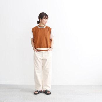 Tシャツとベストのレイヤードにエクリュのカラーデニムを合わせたコーデです。Tシャツとデニムの色味を合わせることで、ベストのオレンジがぐっと映えます。まとめ髪にすることで、すっきりと洗礼された印象に。